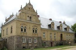 After 1919 the former manor house was used by the von Bassewitz family as a manor house.